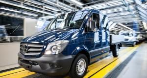 Fabryka Mercedes-Benz w Ludwigsfelde należy do największych pracodawców w Brandenburgii. Na zdjęciu: nowe Sprintery zjeżdżają z taśmy po zakończeniu finalnego montażu.
