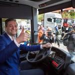 Prezydent Słupska Robert Biedroń za kierownicą autobusu Scania