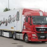 1.Zestaw MAN TGX 18.440 z naczepą furgonową Wielton – mobilne muzeum MAN