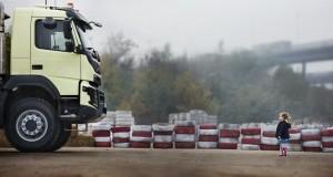 """W nowym  filmie Volvo Trucks z cyklu """"Live Test"""" Volvo FMX zostanie poddane jednemu z najtrudniejszych testów, jakie dotychczas przeprowadzono."""