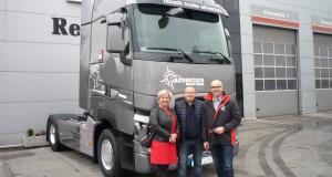 Radosław Sacharuk (w środku) z małżonką odbiera swój flagowy Renault Trucks T520