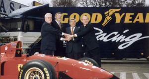 Goodyear i Dębica rozpoczynają współpracę. Od lewej Wiliam J. Sharp, Zdzisław Chabowski, Sylvain G. Valensi, Lowell Dunckel, fot. z 3 grudnia 1995 r.