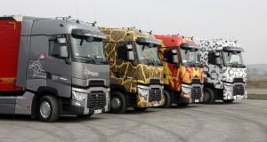 """Popularni bohaterowie ubiegłorocznej karawany Naturalnie Renault Trucks, czyli pojazdy gamy T w """"zwierzęcych"""" malowaniach gotowe do drogi."""