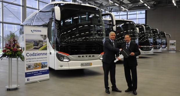 Ryszard Wójcik, właściciel iprezes zarządu firmy Sindbad, odbiera wNeu-Ulm od Romana Biondi, dyrektora zarządzającego rynkami europejskimi EvoBus, pięć autobusów zserii ComfortClass500, będących częścią zamówienia na łącznie 26nowych autobusów Setra.