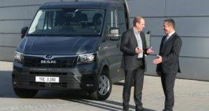 Bernd Mundhenk, członek zarządu odpowiedzialny za sprzedaż w spółce Junge Fahrzeugbau GmbH (z lewej) w rozmowie z Royem Tietze, kierownikiem pionu współpracy producentami zabudów w spółce MAN Truck & Bus (z prawej)